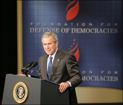 El Presidente George W. Bush pronuncia un discurso sobre la guerra mundial contra el terrorismo el lunes, 13 de marzo de 2006, ante miembros de la Foundation for the Defense of Democracies e invitados en el Dorothy Betts Marvin Theatre en George Washington University en Washington. Foto por Paul Morse de la Casa Blanca.
