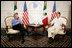 El Presidente George W. Bush se reúne con el Presidente de México, Vicente Fox, el jueves, 30 de marzo de 2006, durante su reunión bilateral en Cancún, México. La reunión es parte de una cumbre de tres días con los líderes de México y Canadá. Foto por Eric Draper de la Casa Blanca