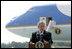 """Tras llegar a Austin Straubel International Airport en Green Bay, Wis., el jueves, 10 de agosto de 2006, el Presidente George W. Bush habla con periodistas sobre el complot terrorista para hacer estallar bombas en aeronaves, el cual fue descubierto en el Reino Unido. El Presidente Bush dijo que es """"un duro recordatorio de que esta nación está en guerra con fascistas islámicos que utilizan todos los medios posibles para destruir a aquéllos que aman la libertad, para causarle daño a nuestra nación"""". Foto por Eric Draper de la Casa Blanca"""