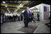 El Presidente George W. Bush rindió tributo a las pequeñas empresas de Estados Unidos, diciendo que son vitales para el crecimiento económico en el país, el jueves, 10 de agosto de 2006, durante su gira y visita a los empleados en Fox Valley Metal-Tech en Green Bay, Wis. Foto por Eric Draper de la Casa Blanca