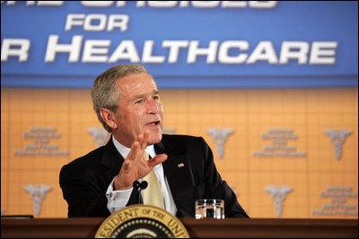 El Presidente George W. Bush participa en un panel de discusión el martes, 22 de agosto de 2006, en el hotel Minneapolis Marriott Southwest en Minnetonka, Minnesota, para ofrecer su perspectiva sobre los esfuerzos para mejorar la transparencia en el cuidado de la salud y lograr que la competencia entre los servicios de cuidado de la salud se base en el valor ofrecido. Foto de Paul Morse de la Casa Blanca