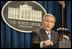 """El Presidente George W. Bush enfatiza una frase al responder una pregunta el lunes, 21 de agosto de 2006, durante una rueda de prensa en el Centro de Conferencias de la Casa Blanca. Dijo a los periodistas presentes que """"Estados Unidos ha asumido un compromiso a largo plazo para ayudar al pueblo libanés porque creemos que toda persona merece vivir en una sociedad libre y abierta que respeta los derechos de todos"""". Foto por Paul Morse de la Casa Blanca"""
