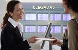 Una visitante entrega sus documentos de viaje a una oficial de aduana.