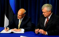 Secretary Chertoff and Estonian Minister of Interior Juri Pihl at the Ronald Reagan Bldg sign an agreement on enhancing cooperation in preventing and combating serious crime with the republic of Estonia.