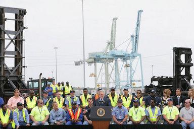 El Presidente George W. Bush realizó una visita al puerto de Jacksonville, en el estado de la Florida, donde pronunció un discurso sobre la política comercial de los Estados Unidos. Foto por Chris Greenberg de la Casa Blanca.