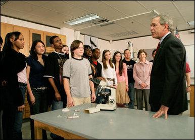 El Presidente George W. Bush conversa con estudiantes de ciencias e ingeniería durante una visita al Yvonne A. Ewell Townview Magnet Center en Dallas, Texas, el viernes, 3 de febrero de 2006. Foto por Eric Draper de la Casa Blanca