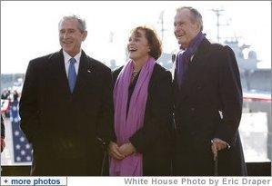 El presidente George W. Bush y su hermana, Doro Bush Koch, acompañan a su padre, el ex presidente George H. W. Bush, durante la ceremonia de botadura del nuevo portaaviones George H. W. Bush (CVN 77) en Norfolk, Virginia, el pasado 10 de enero de 2009. Foto por Eric Draper de la Casa Blanca