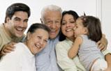 Una familia hispana compuesta de una pareja de abuelos y una pareja joven con una niña de tres años.