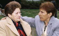Lucy y Teresita estan hablando