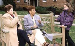 Teresita, su nieta, y Lucy estan hablando