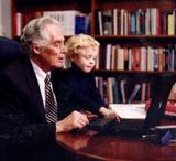foto a color del Dr. Donald A.B. Lindberg con su nieto