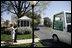 Tras su reunión en la Oficina Oval, el presidente George W. Bush y la Primera Dama Laura Bush se despidieron del Santo Padre, quien salió de la Casa Blanca en su papamóvil.