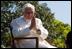 """Papa Benedicto XVI se dirige a un grupo de los invitados congregados para la ceremonia de bienvenida. El Santo Padre terminó su elocución con las siguientes palabras: """"Señor Presidente, queridos amigos: al comenzar mi visita en los Estados Unidos, deseo expresar una vez más mi gratitud por su invitación, mi alegría por encontrarme entre vosotros y mi oración ferviente para que Dios Omnipotente fortalezca a esta Nación y a su pueblo en el camino de la justicia, la prosperidad y la paz. Que Dios bendiga a América!"""""""