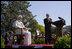 """El presidente George W. Bush aplaude al Papa Benedicto XVI durante la ceremonia de bienvenida que se celebró en los Jardines de la Casa Blanca. Durante su discurso, el Santo Padre expresó que """"Confío que los americanos encuentren en sus creencias religiosas una fuente preciosa de discernimiento y una inspiración para buscar un diálogo razonable, responsable y respetuosos en el esfuerzo de edificar una sociedad más humana y más libre""""."""