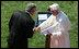 Tras las declaraciones del Papa, el presidente George W. Bush le extendió su mano para agradecer sus palabras.