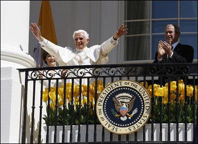"""El Presidente y la Primera Dama aplauden mientras el Santo Padre muestra su aprecio al público que entona la canción """"Cumpleaños Feliz"""" en la ocasión de su visita a la Casa Blanca, que coincidió con su cumpleaños."""