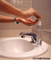 Fotografía de una persona lavandose las manos con jabón