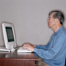 Fotografía de un hombre mayor usando una computadora