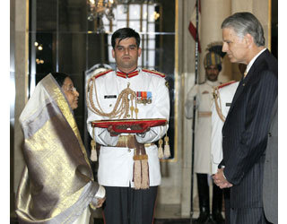 U.S. Ambassador Timothy J. Roemer presents his letter of credence to President of India Pratibha Patil in New Delhi on August 11, 2009